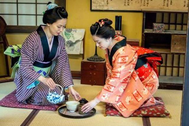日本和服后面为何会有一个小枕头?原因有两点,有一个点羞于启齿