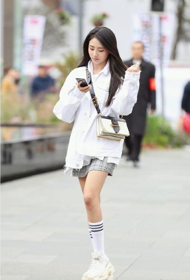 冬季短裙穿搭小技巧, 让你轻松展现青春的活力美