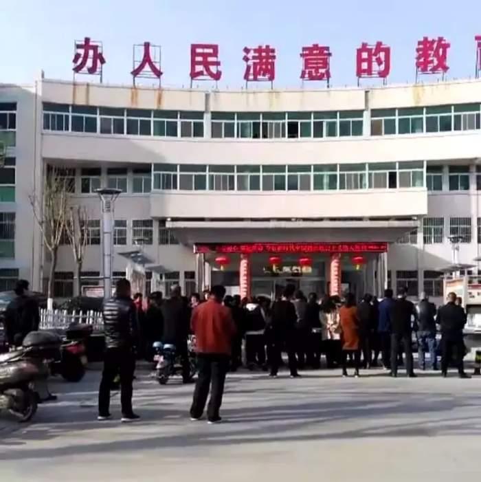 陕西省渭南市蒲城县教育局办人民满意教育伤了人民的心家长孩子嚎啕大哭