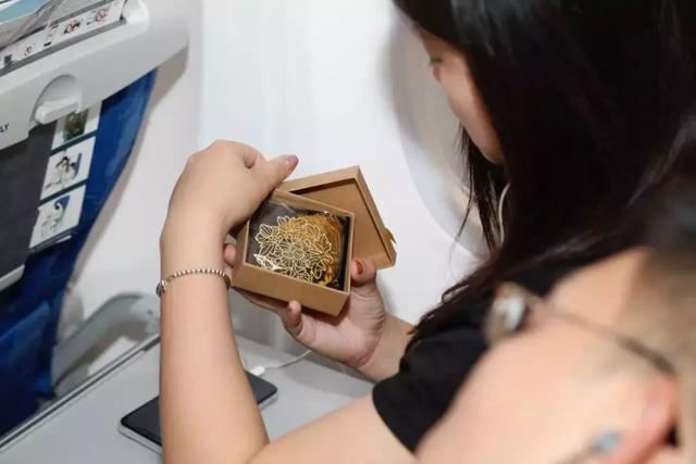儲花冠佳釀 為祖國干杯——山東航空攜手花冠集團在萬米云端儲存希望、許愿未來!
