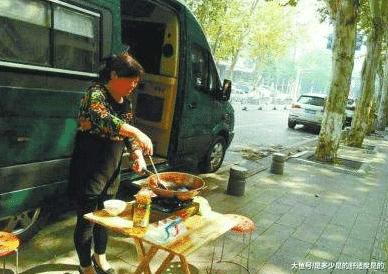 土豪家长为包管孩子午戚派房车驻校,请保母当街炒菜做饭