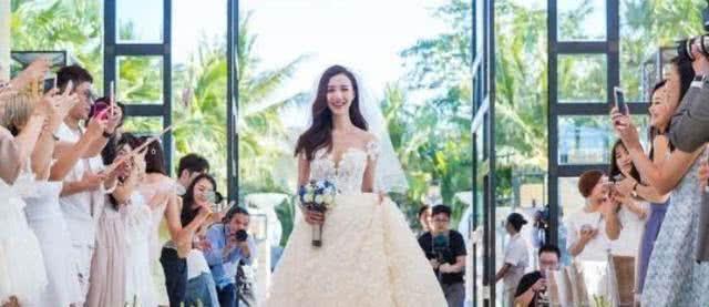 新娘出嫁当天只顾玩手机,看清她屏幕内容后,网友:无话可说