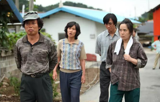 韩国三级最好看的电影随着2016年朝鲜劳动党朝鲜劳动党第七次全国代表大会的胜利召开金正恩在进一步强调了劳动党的核心地位并屡屡在宪法上富裕劳动党更加大的权威这种地位的变化也体现在朝鲜近年来的宣传上近年来随着朝鲜内政外交取得一系列进展朝鲜的内部宣传也从过去一味强调忠诚领袖和革命转变成歌颂国家国旗和母亲党朝鲜当局的宣传口径愈发的让人尤其是我们眼熟而朝鲜庆祝党建日举行的前所未有的阅兵盛典也是对这一路线的再(图38)