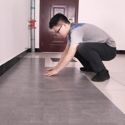 """瓷砖不吃香了!如今都铺""""软地板,满屋才需百十块,时尚又高级,优雅又独特"""