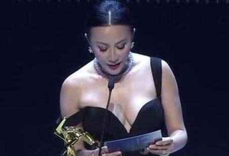 """54岁刘嘉玲""""真人""""长啥样?看她晨跑被拍,不化妆的她和普通老太无异"""