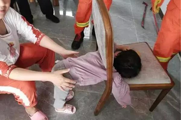 3岁女儿独自在家午睡,宝妈趁机去买菜,回来打开门瞬间腿软了