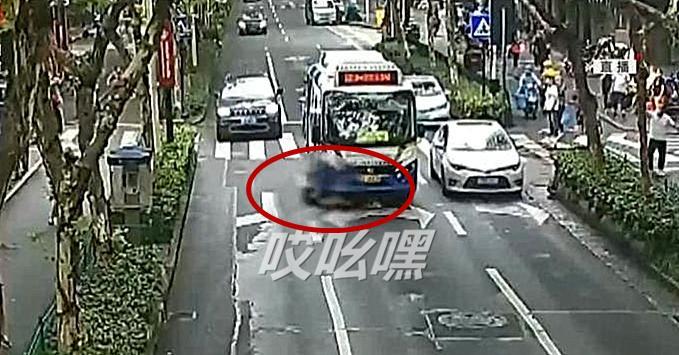 正能量 女子遭公交车碾压 瞬间路人合力抬车救人