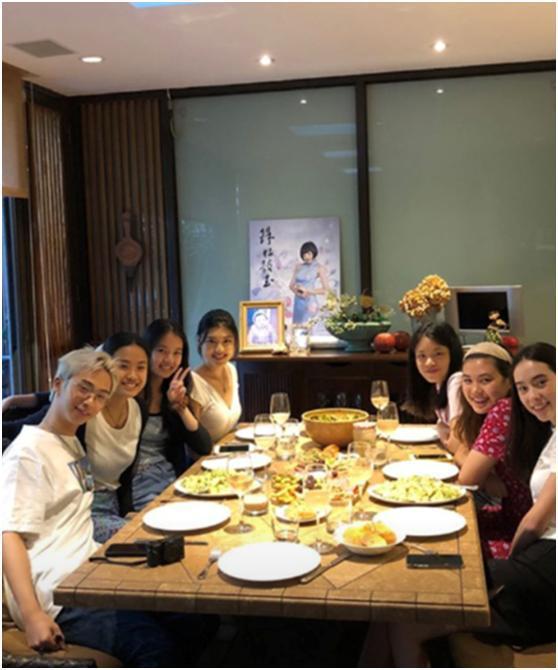 庾澄庆儿子和6个美女吃饭,私下喜欢穿裙子,称52岁伊能静是小可爱