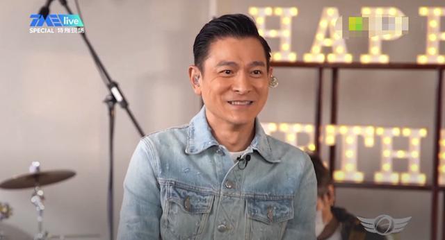 59歲劉德華直播唱歌,皮膚松弛皺紋多呈老態,不濾鏡不美顏有魄力-圖2