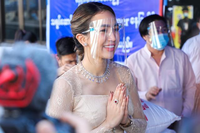 这位身材曼妙的缅甸美女,捐起钱来也不含糊,