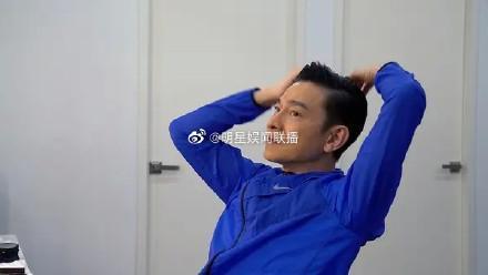 59歲劉德華直播唱歌,皮膚松弛皺紋多呈老態,不濾鏡不美顏有魄力-圖4
