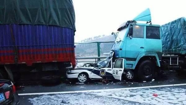 车祸gif动态图片:之有一种危险叫只差1秒, 幸运满满版(共9张动态图)