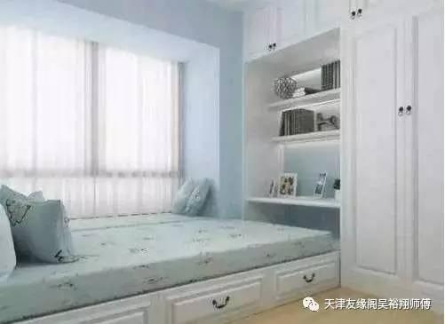 可以提高臥室收納,床尾設計成書桌,床做凳子用,旁邊是個大衣柜,這樣