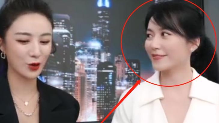 俞飞鸿亮相网红直播间,没了十级精修待遇,这脸蛋确定有49岁?