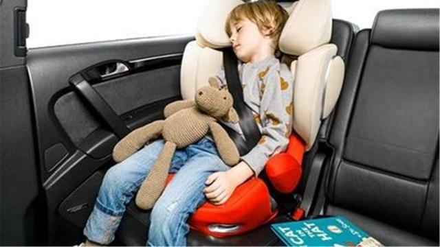 7岁男童被安全带绕颈险些窒息,交警提醒:娃身高不足勿用安全带