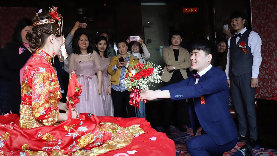 跟男友回老家参加亲戚婚礼,看见新娘被强按磕头敬茶,我决定分手