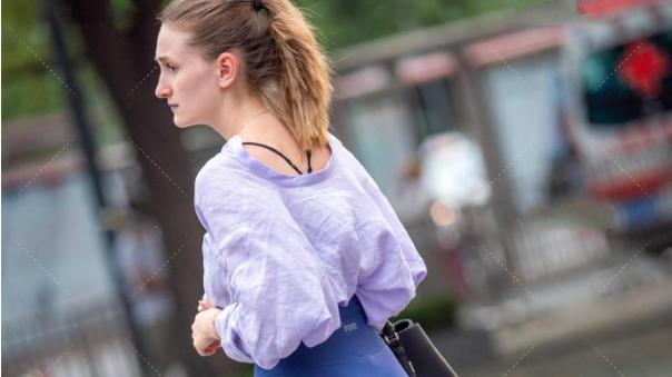 紫色搭配深蓝瑜伽裤,美女就是会穿,太惊艳了!