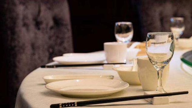 女文员请同事吃饭,却让男友买单花了680,他不高兴,回到家收到微信懵了