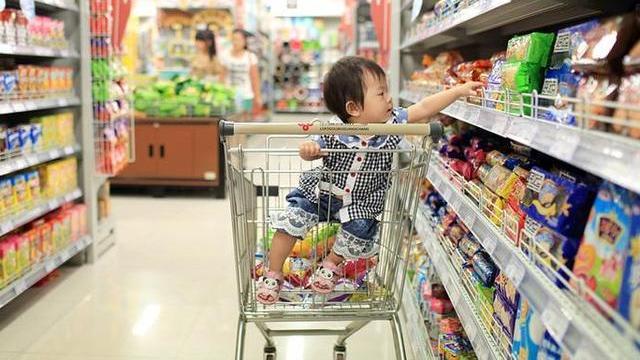 儿子花100块买可乐,宝妈去质问商家,店主:看完监控就知道了