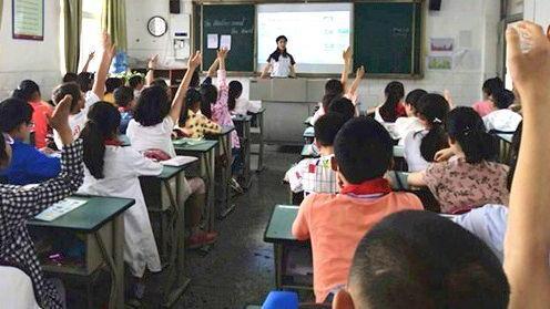 """老师有偿补课,1学期1600,家长举报,竟被其他家长""""围攻"""""""