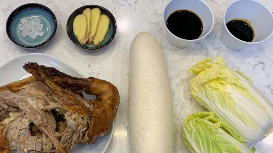 家常版的红烧鸭架,萝卜娃娃菜吸收汤汁,味道浓郁鲜气十足