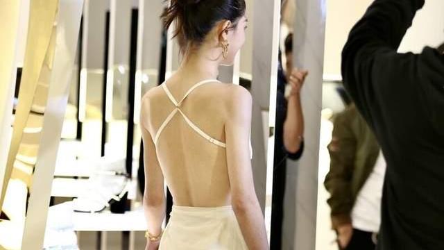 鍾楚曦也太美了吧,穿白色綁帶裙秀美背,「直角肩」實力吸睛