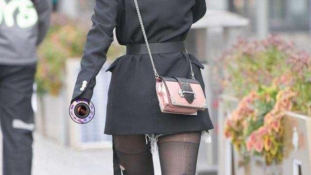 黑色粗跟长靴搭配黑色丝袜打底裤,今年流行露脐装,带点小性感