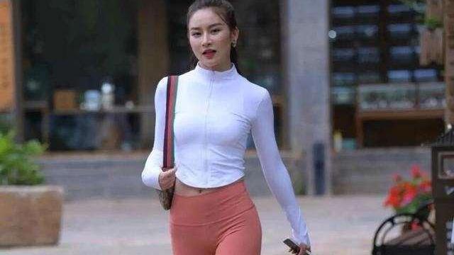 白色长袖高领紧身长上衣搭配暗红紧身长打底裤,休闲,比较显高