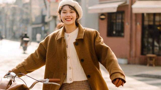 秋天怎么能少了大地色的衣服呢?大衣配格子半身裙,高级又洋气