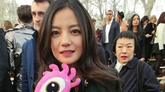 當43歲金喜善遇上44歲趙薇,網友:這就是玻尿酸臉和天然臉的區別