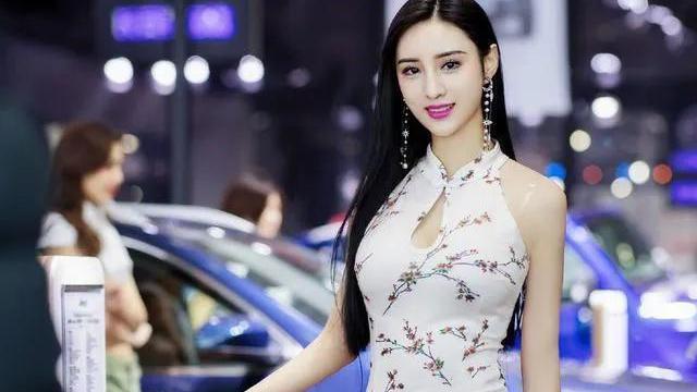 第一美腿車模吳春怡,穿旗袍大秀身材曲線,氣質完美壓倒了一切!