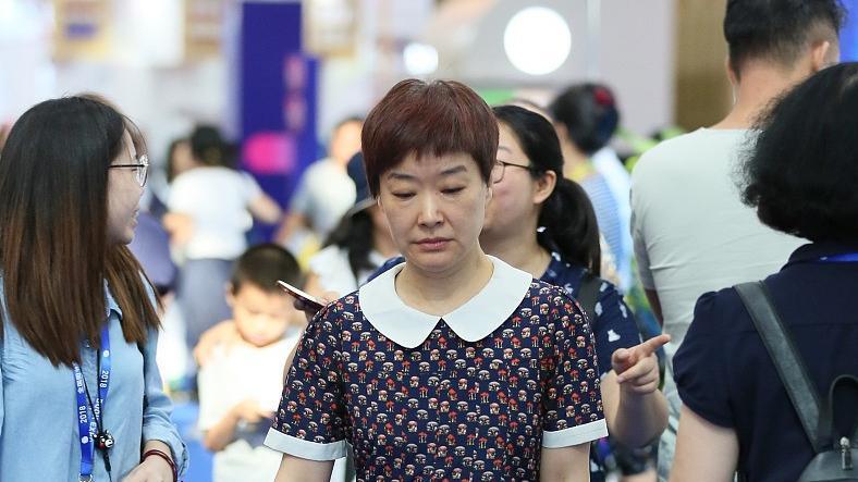 50岁的王雪纯不认老,中年还穿小女孩的娃娃裙,可看着挺有气质的