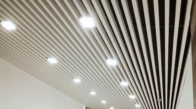 白色型材铝方通 白色型材方通吊顶 铝方通吊顶天花效果图