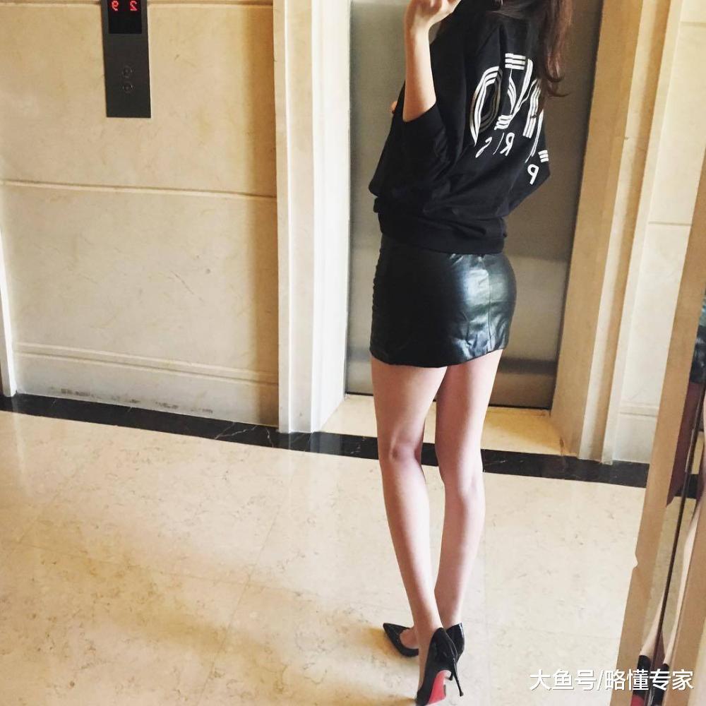 自拍操丝袜骚妇_略懂时尚自拍美妇集:穿上短裙皮裤和丝袜就是辣妈了?
