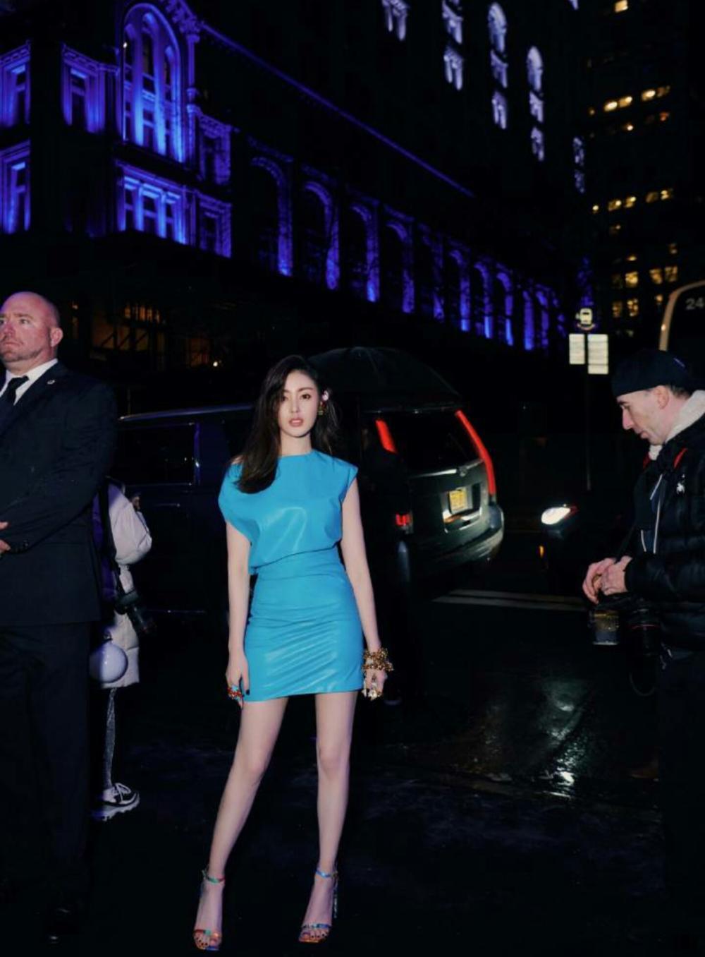 张天爱蓝裙长腿美到极致, 却在台下拍照