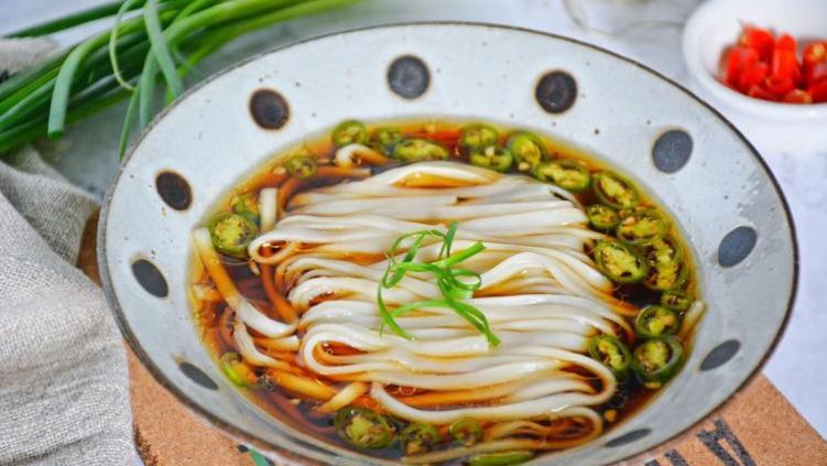 10分鐘,就可以做好一碗酸辣開胃的酸湯麵,關鍵是簡單不麻煩