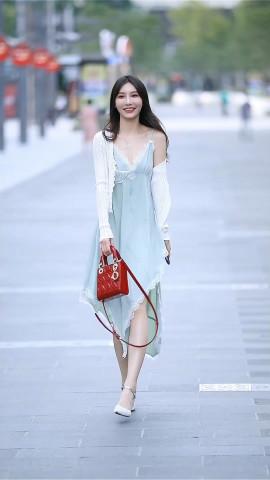今夏開始流行薄荷綠,弔帶蕾絲長裙盡顯氣質,好身材這樣穿就對了
