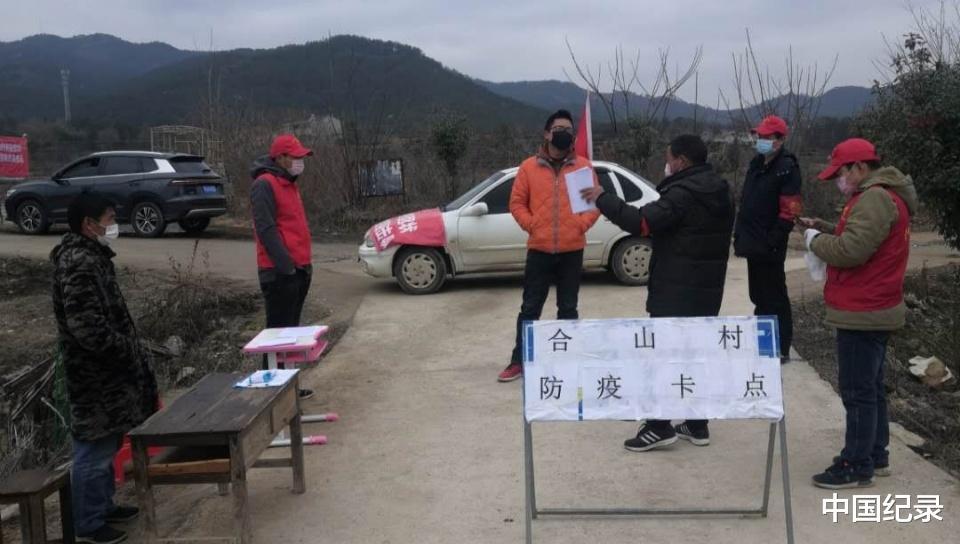 """湖北大悟�h�⒓��合山村""""抗疫志愿者""""在行��"""