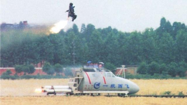 空警600刚首飞,美军E2C就坠毁,舰载预警机可以弹射逃生?