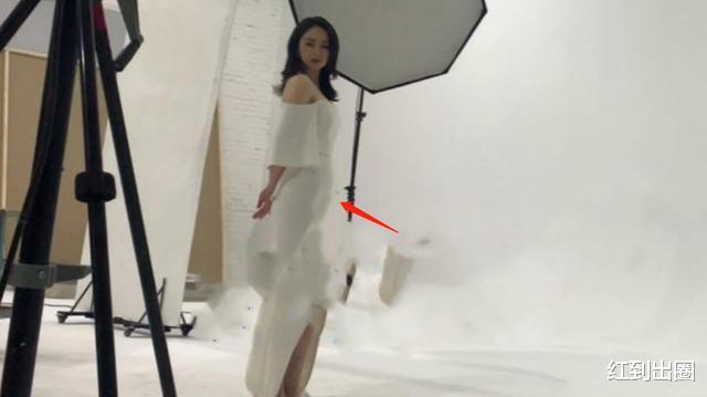 董璇拍攝幕後曝光,一襲白色長裙低調優雅,凸起的小腹卻太明顯-圖3