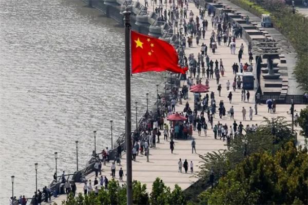 中國各地喜迎黃金周,國外卻在疫情中掙紮,外國記者:心態崩瞭!-圖3