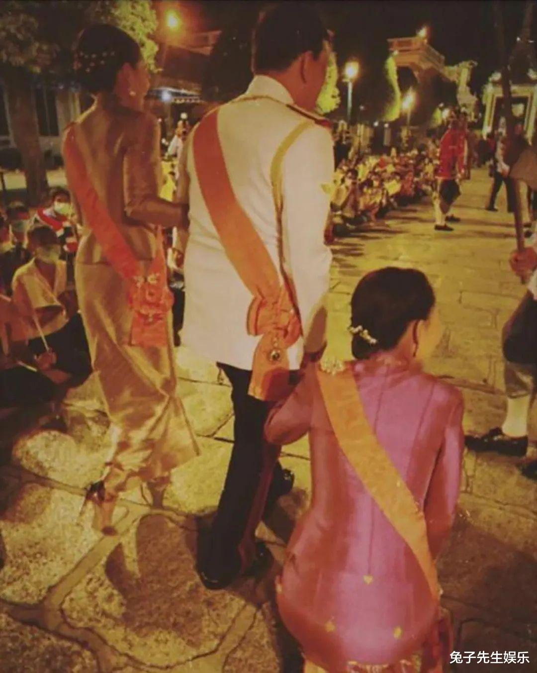 泰國大公主真給老爸面子,跪在水泥地上為泰王捧場,忙得滿頭大汗-圖7