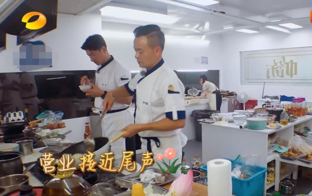 """同是來中餐廳,劉宇寧第一頓吃""""剩飯"""",看楊超越吃啥?真不敢相信-圖2"""