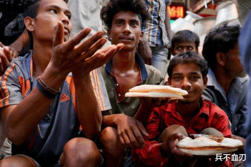 繼美國深夜降半旗後,印度也下令全國降半旗,大批印度人失聲痛哭-圖4