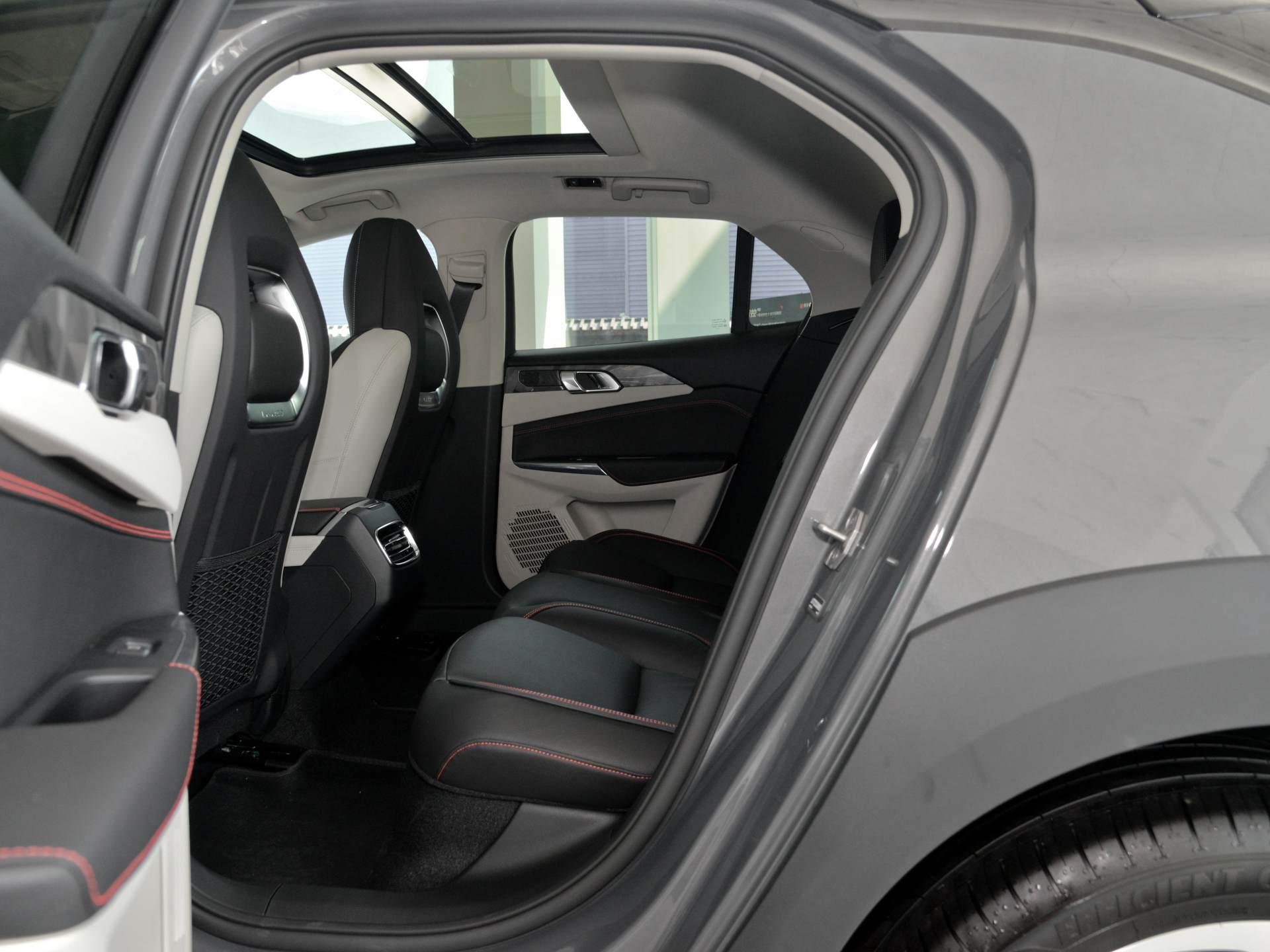 領克的SUV領克02:高配2.0T+6AT,軸距超2.7米,1萬元能接受嗎-圖6