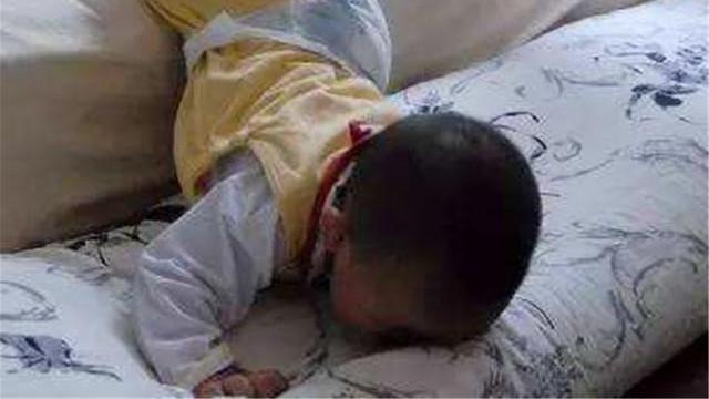 1岁宝宝摔下床,奶奶的错误举动致娃死亡,很多家长仍在犯