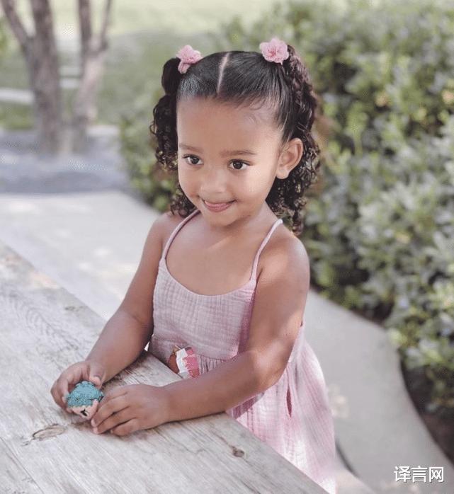 金·卡戴珊為3歲芝加哥慶生,跪坐沙灘舉高高,和小富婆斯托米比太平凡-圖4