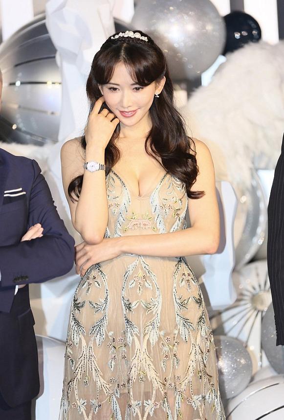 林志玲的裸色裙裝太吸睛,網狀印花很時尚,顯得身材更高級-圖7