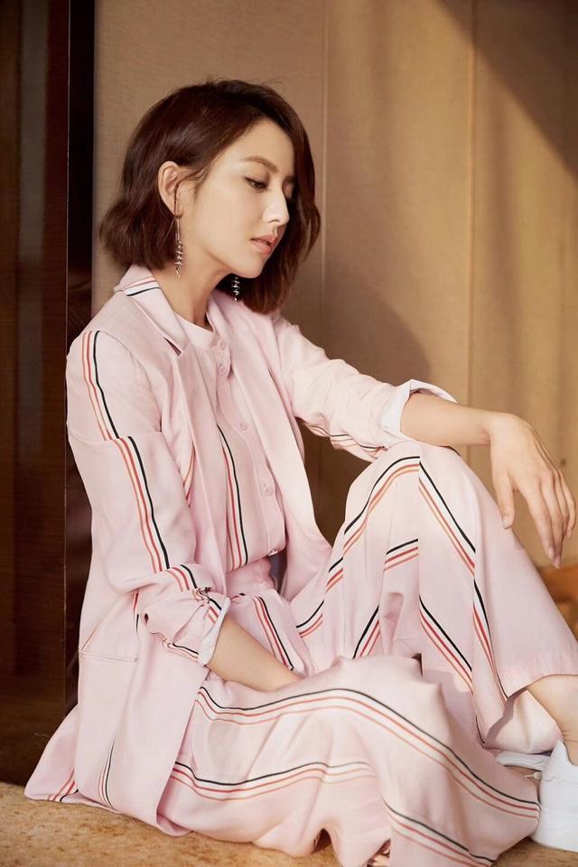 粉色也能穿出酷勁十足,佟麗婭這一身粉色小西裝太好看-圖4