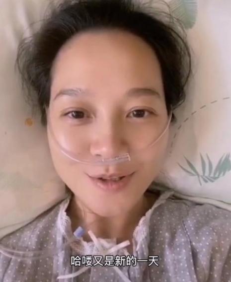 39歲朱丹在醫院待產,病房簡樸卻溫馨,朱丹素顏出鏡依舊清秀可人-圖7
